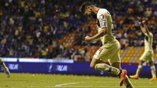 Peralta celebra su anotación en el Estadio Cuauhtémoc.