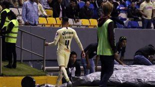 Álvarez abandona el terreno de juego.