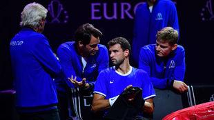 El equipo de Europa dialoga en el banquillo.