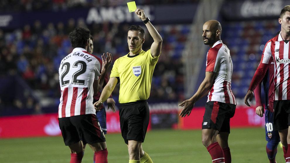 Estrada Fernández muestra una amarilla a Raúl García.