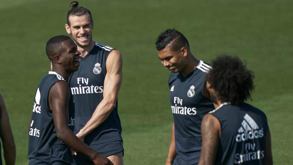Vinícius bromea con sus compañeros en un entrenamiento.