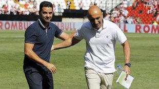 Míchel y Abelardo se saludan antes del partido.