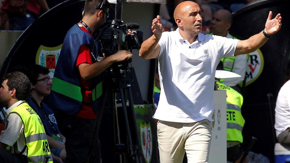 Abelardo, en la banda del Estadio de Vallecas.
