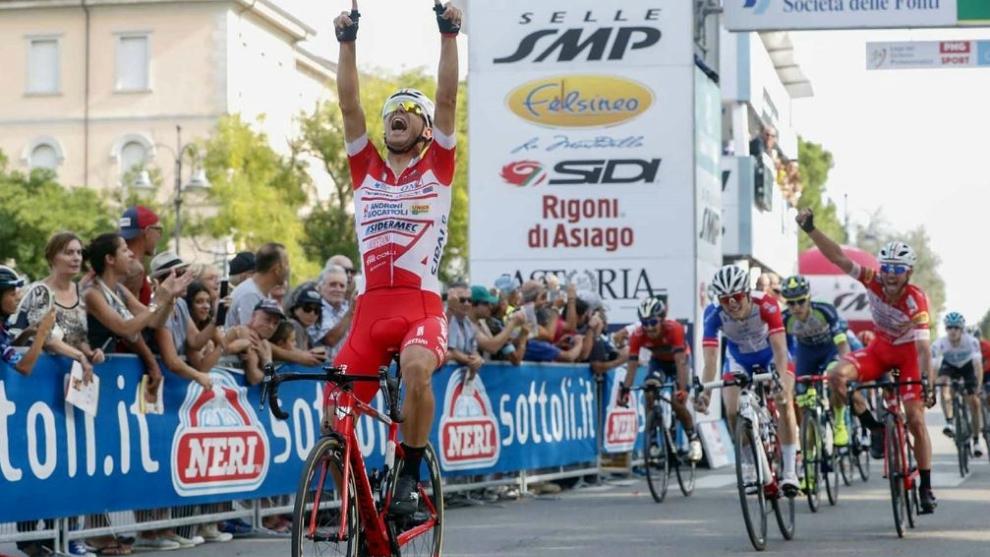 Davide Ballerini celebra la victoria y su compañero Gavazzi, tercero,...