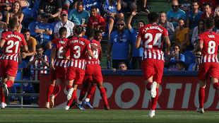 Los jugadores del Atlético celebran el gol de Lemar