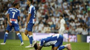 Mario Hermoso se lamenta en el suelo ante Borja Iglesias y Marc Roca.