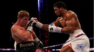 Joshua lanza una derecha a Povetkin.