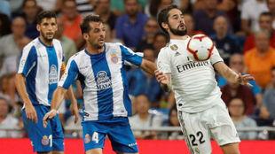 Víctor Sánchez pugna con Isco por un balón ante la mirada de Javi...