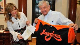 Andrés Manuel López Obrador posa con el jersey de los Naranjeros