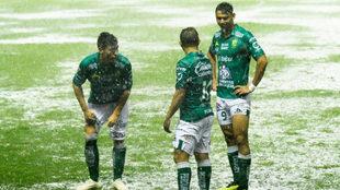 La intensa lluvia detuvo el encuentro entre León y Lobos.