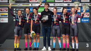 Las corredoras del Canyon alemán posan en el podio.