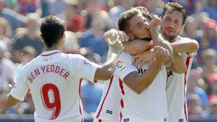 Los jugadores del Sevilla felicitan a Carriço (30) tras marcarle al...