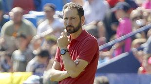Pablo Machín (43) sigue atento el partido en el Ciutat de Valencia.
