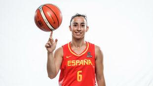 Silvia Domínguez hace malabarismos con un balón.