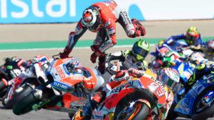 Jorge Lorenzo, volando por encima de su moto en el momento de su...