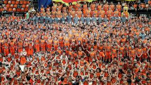 Foto de familia de los equipos del Valencia Basket durante su...
