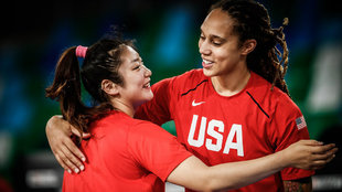 Grinner es saludada efusivamente por una jugadora china en los...