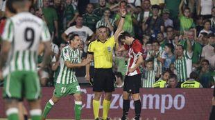 Estrada Fernández enseña la tarjeta roja a Susaeta.