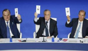Florentino Pérez y sus directivos, durante la votación de la...