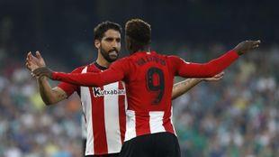 Williams y Raúl García celebran el primer gol del partido.