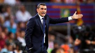 Valverde da instrucciones durante el partido.