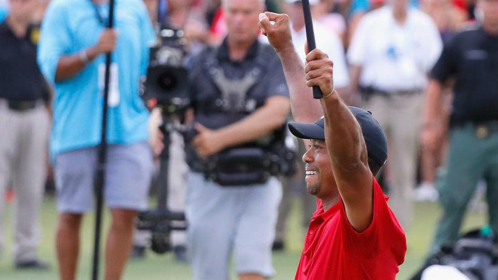 Tiger Woods celebra su triunfo en el Tour Championship.