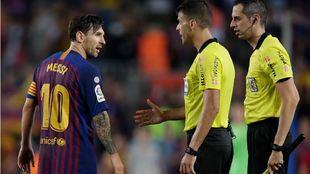 Messi refuses to shake Gil Manzano's hand