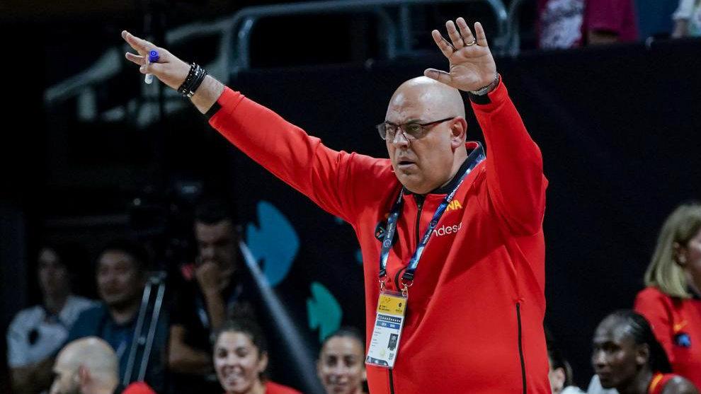 Lucas Mondelo da instrucciones a sus jugadoras durante un partido de...