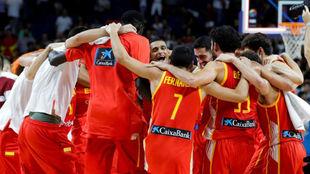 Los jugadores de la selección española hacen una piña tras derrotar...