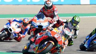 Lorenzo, en el momento de caerse, con Márquez delante suya.