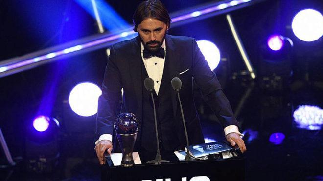 Pedros recoge su premio en la gala de Londres.