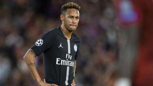 Neymar, cabizbajo durante un partido del PSG.