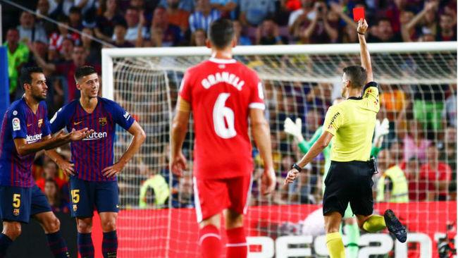 El árbitro muestra la roja a Lenglet