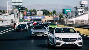 Un Mercedes-AMG S63 Cabrio encabeza el desfile.