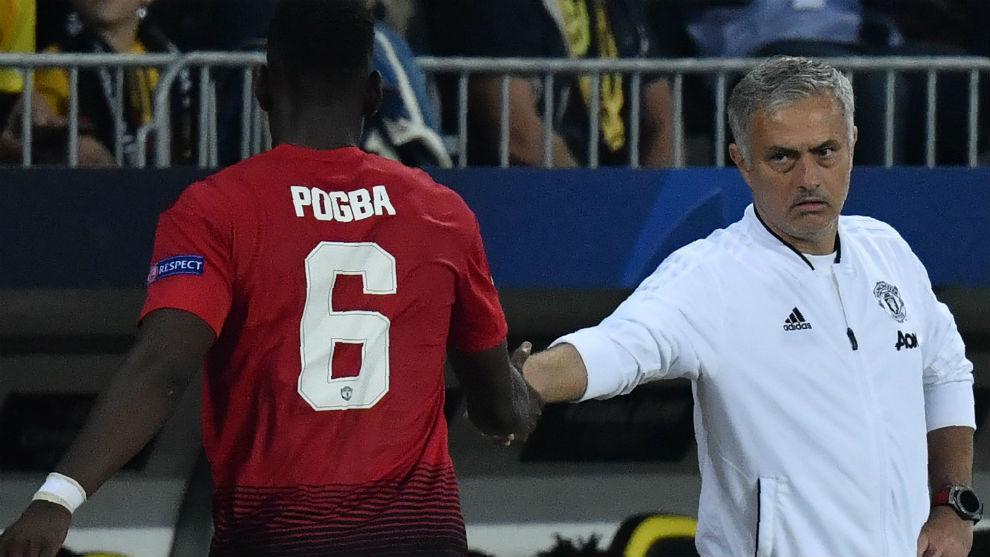 Mourinho saluda a Pogba en un reciente partido.