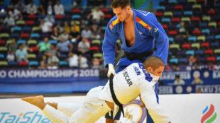 Nikoloz Sherazadishvili durante su combate de semifinales en el...