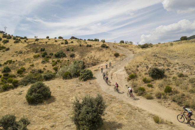 Un pequeño grupo de ciclistas, afrontando una 'ligera' y árida...