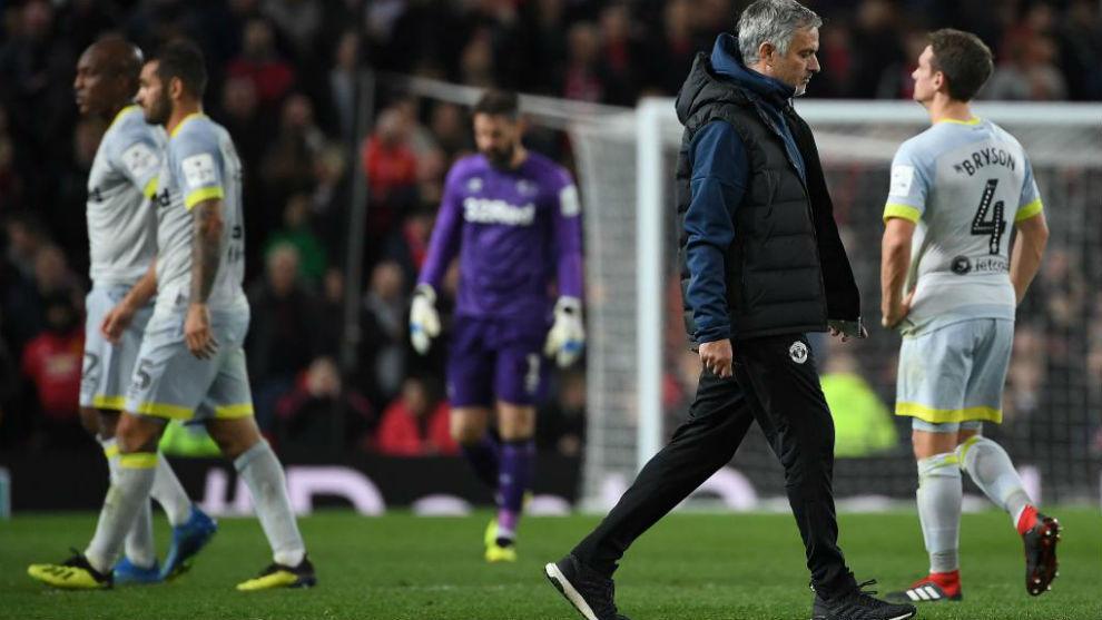 José Mourinho abandona cabizbajo Old Trafford.