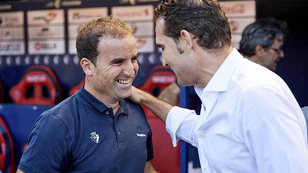 Arrasate saluda a Rubén Baraja antes del Osasuna-Sporting en el que...
