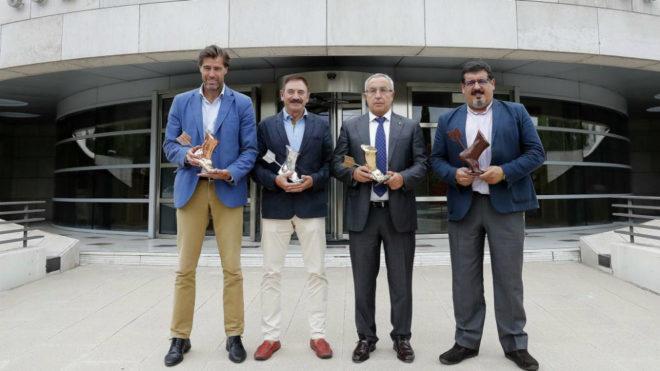 Los protagonistas del acto posan con el Trofeo Aquiles en la sede del...