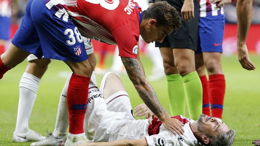 Luisinho tras caer lesionado en el Wanda Metropolitano