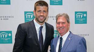 Piqué al lado de David Haggerty, presidente de la ITF