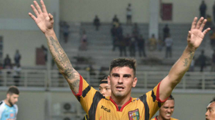 Fernando Rodríguez celebra un gol con la camiseta del Mitra Kukra