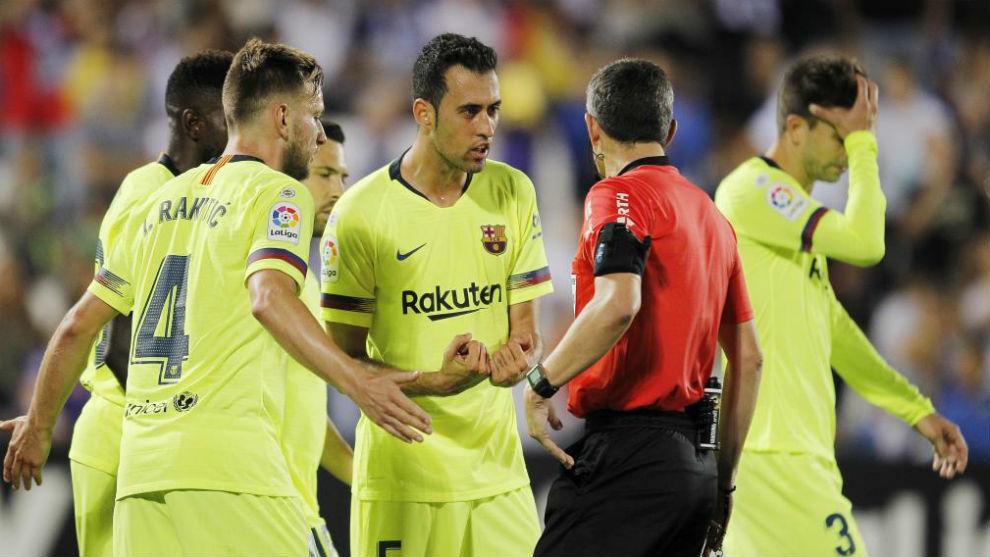 Los jugadores del Barcelona piden explicaciones a Undiano Mallenco.