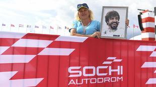 Una aficionada ho9menajea a Alonso en su última carrera en Rusia