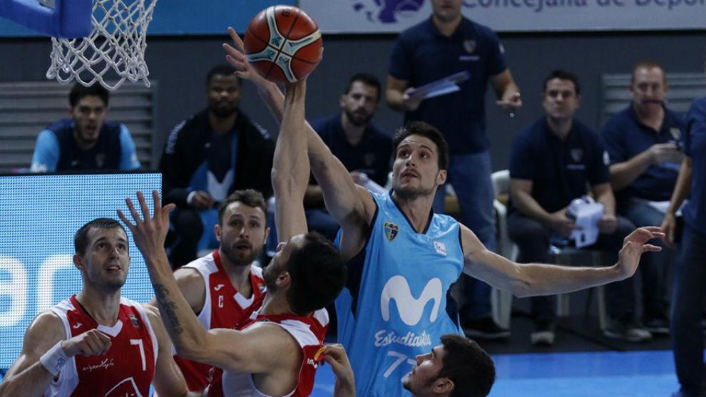 Víctor Arteaga tapona un lanzamiento de los polacos