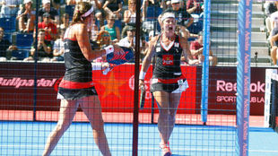 Carolina Navarro y Cecilia Reiter celebran su victoria ante Martita...
