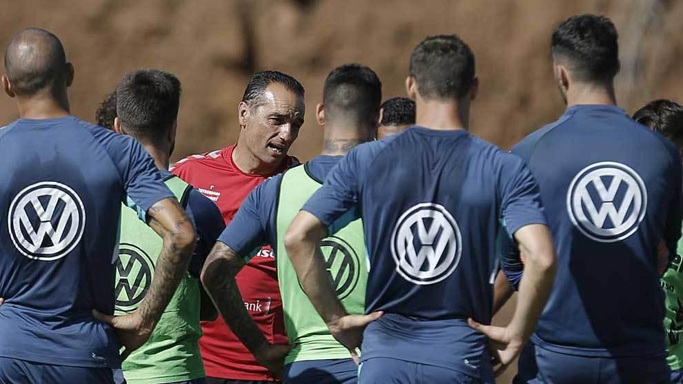 Oltra se dirige a sus jugadores en la Ciudad Deportiv Javier Pérez