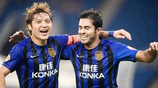 Wang Song celebrando un gol junto a Eder, ex del Inter de Milán.