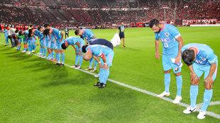 Los jugadores del Sagan Tosu saludan a su afición al término del...